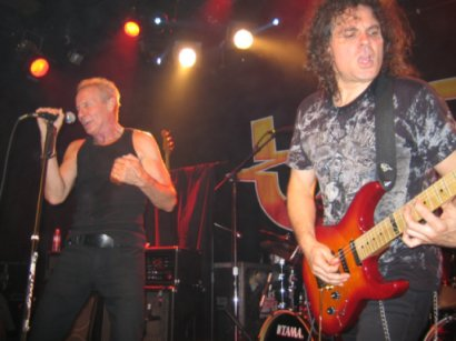 Vinnie Moore (right)